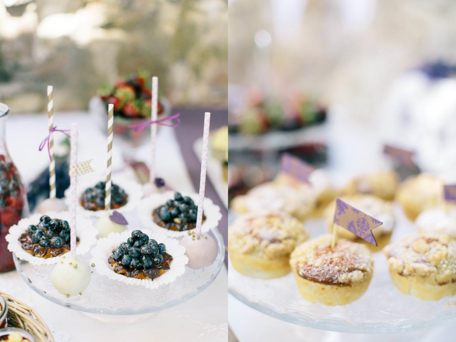 Blaubeertarteletts, Cake-Pops und Rhabarberstreuseltörtchen