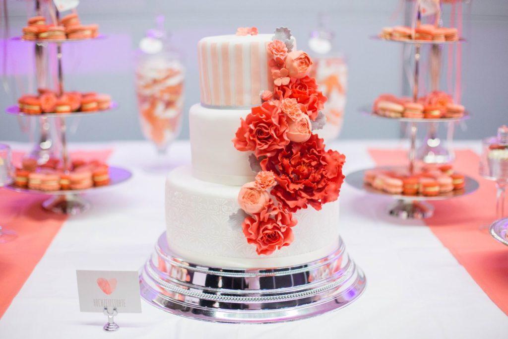 hochzeitstorte ranukeln pfingstrose koralle apricot suess-und-salzig sweet candy table