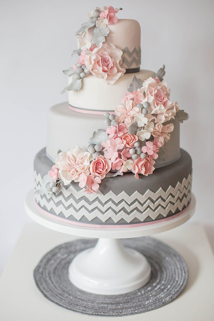 ... Meinung zu Hochzeitstorten, die mit frischen Blumen dekoriert sind