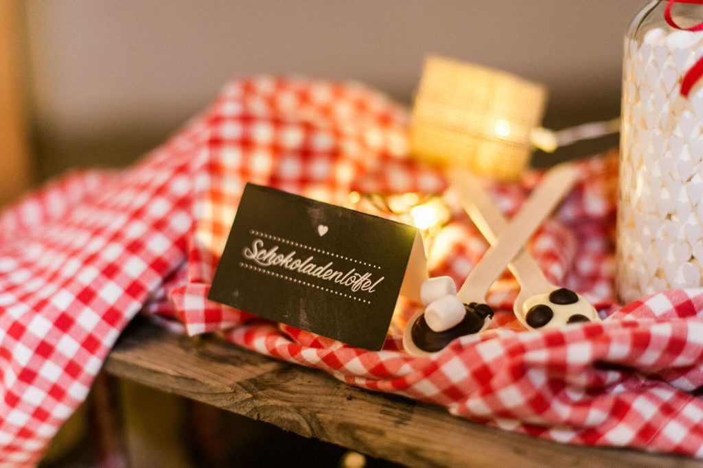 suess_und_salzig_maisenburg_winterhochzeit_sweet_candy_table_kakaobar