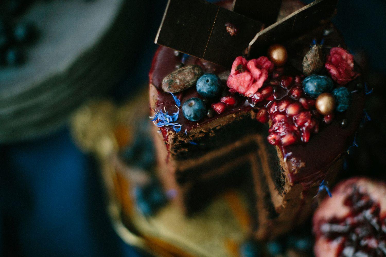 dripped-cake-schokolade-blaubeeren