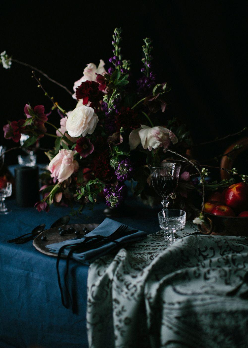-dunkel-hochzei-blumen-tafel