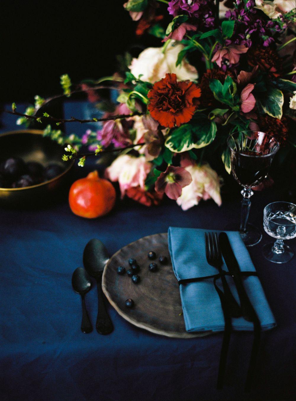 stillleben-dunkel-hochzeit-blau