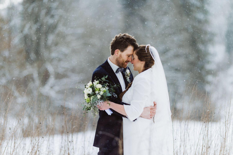 brautpaar schnee.winterhochzeit