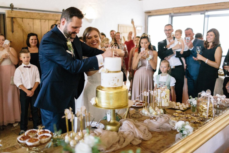 Hochzeit maisenburg gold taupe hochzeitstorte suess-und-salzig tortenanschnitt