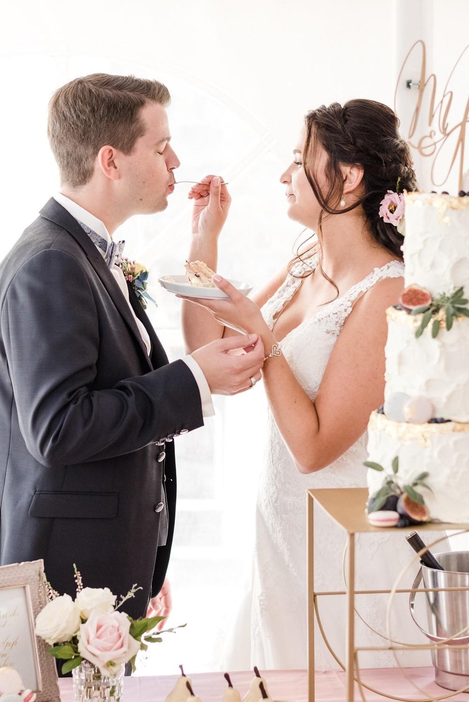 Hochzeitstorte anschneiden und genießen