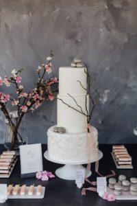 Hochzeitstorte-weiss-fruehling-