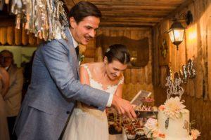 Hochzeitstorte-anschneiden-